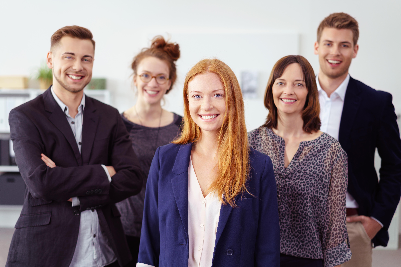 erfolgreiche junge frau im büro mit kollegen im hintergrund